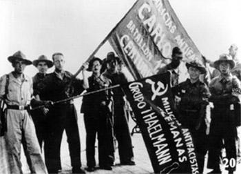 Miembros y bandera del batallón Thäelmann