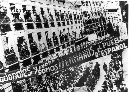 Brigadistas desfilando por Albacete.