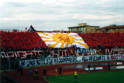 Ultras de Fútbol: Izquierda vs Derecha - Página 11 Livorno_communist_flag