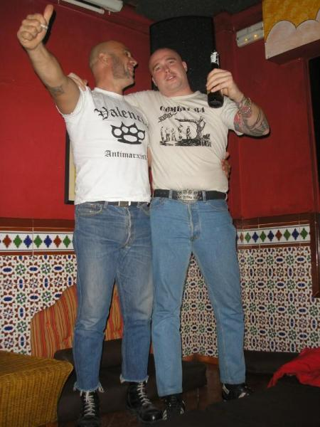 Miembros de Glory Boys, la camiseta de la izquierda es totalmente apolítica.