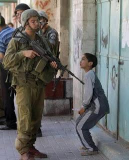 soldado israel apunta niño
