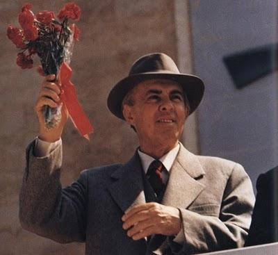 Enver Hoxha a punto de agredir al comunista putero.
