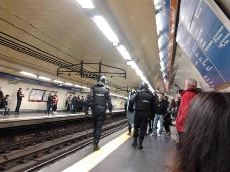 policia dentro del metro